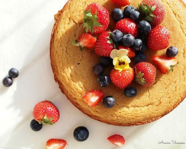 Valkopapukakku Kesän Marjoilla – Terveellisempi ja gluteeniton sokerikakku