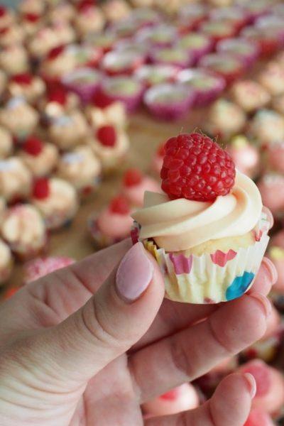Vaahtokarkki-Vadelma Cupcakes