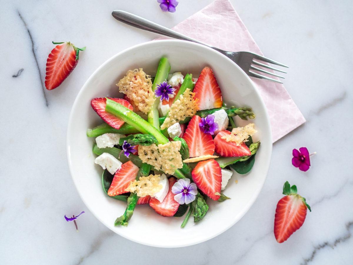 Arkiruokavinkki: Keväinen Parsa-Mansikkasalaatti