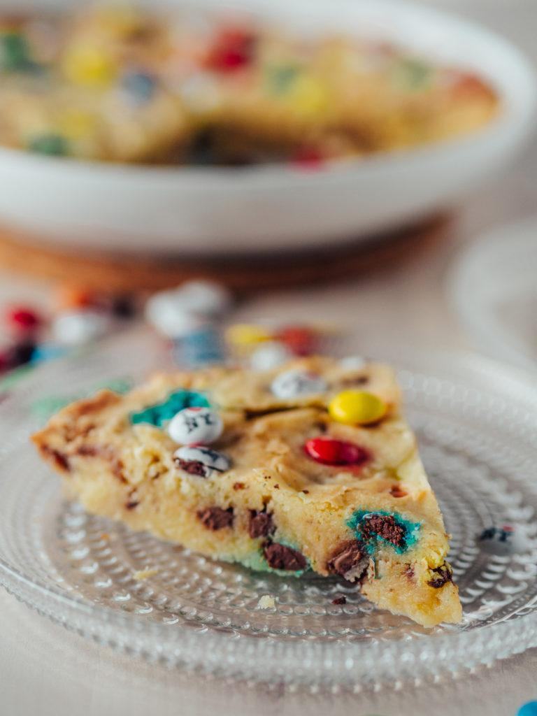 M&M Cookie Pie - Keksipiirakka