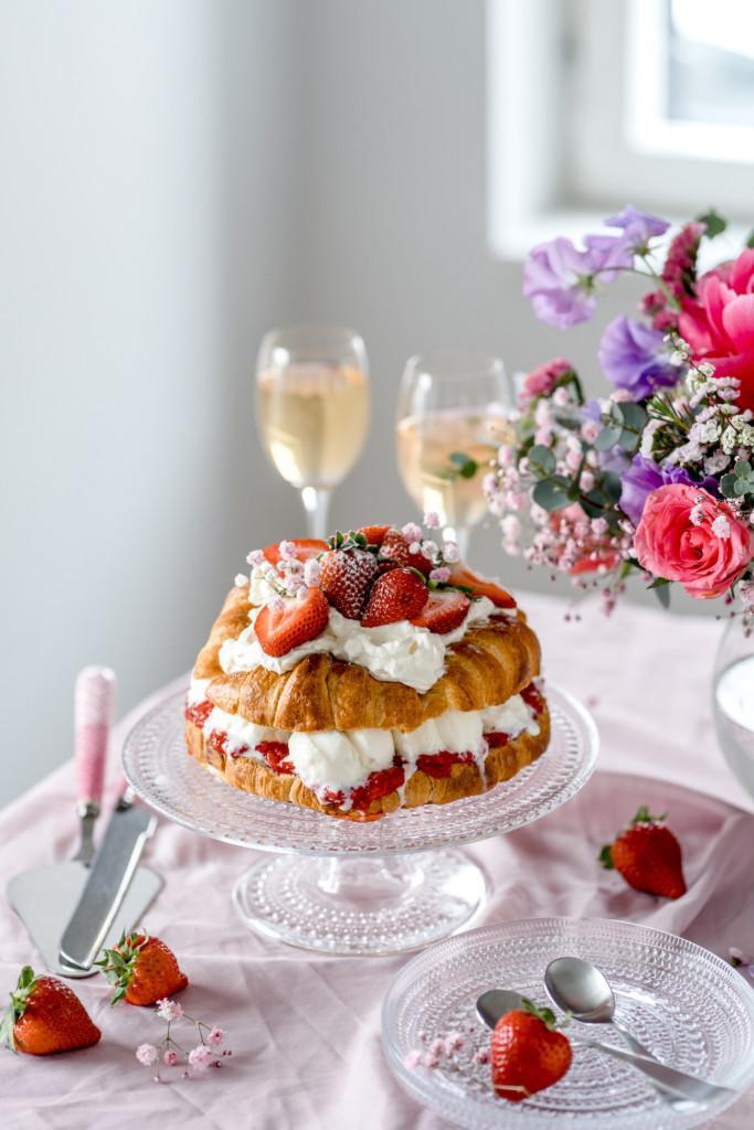 Jäätelöllä täytetty Croissant-kakku