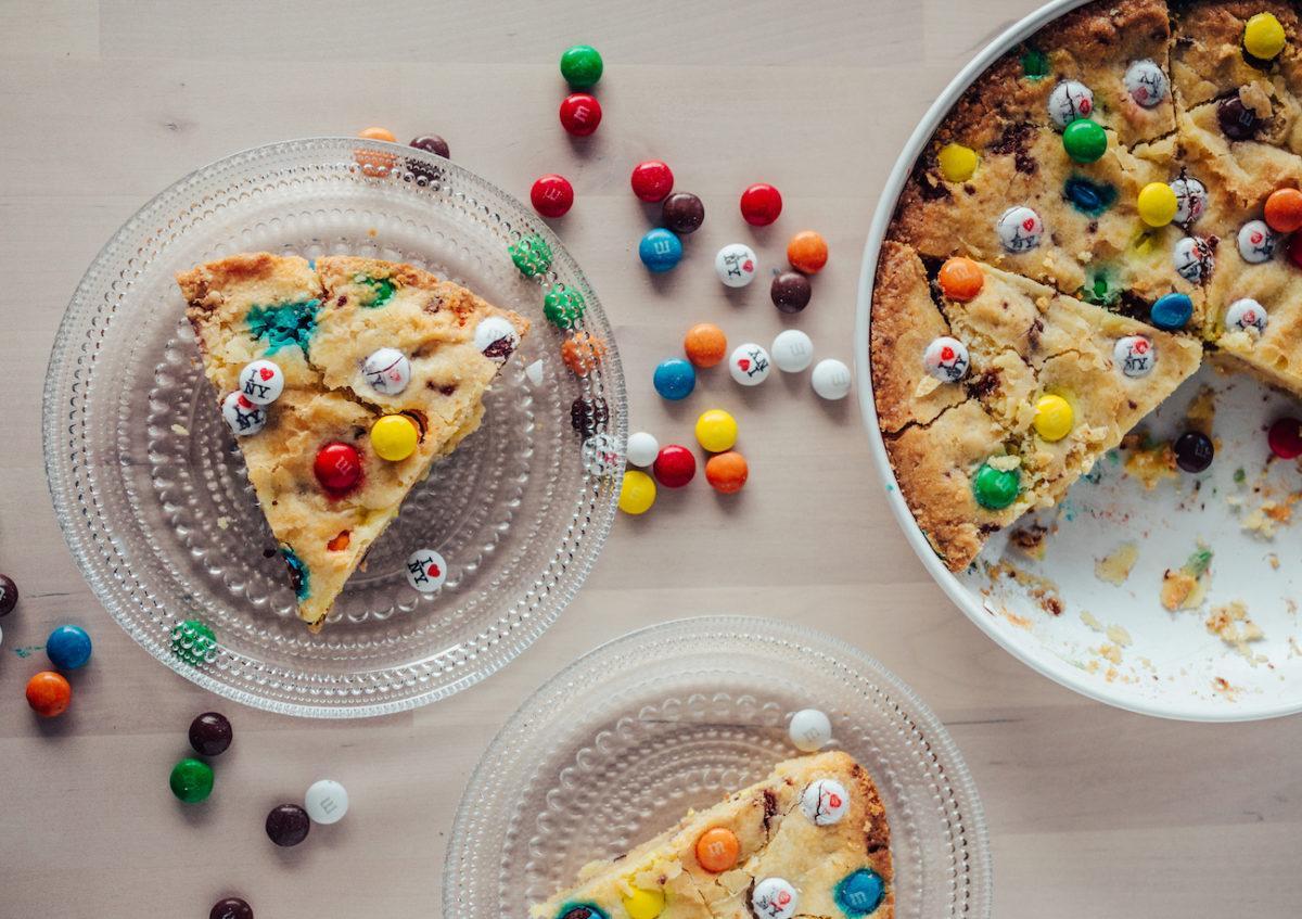 M&M Cookie Pie - Keksipiirakka