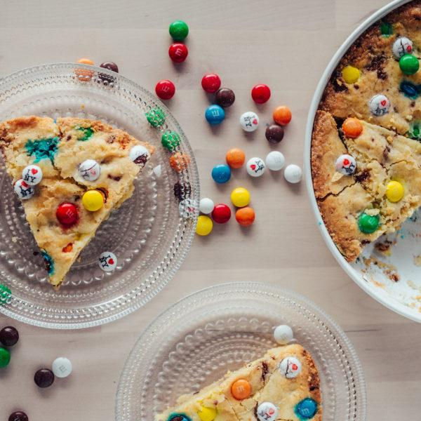 M&M Cookie Pie – Keksipiirakka