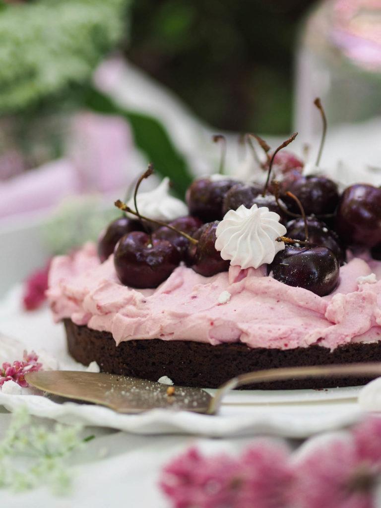 Nopea Kirsikka-Suklaakakku