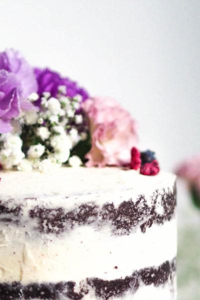Blogin Syntymäpäivät – Korkea Täytekakku Luonnonkukilla