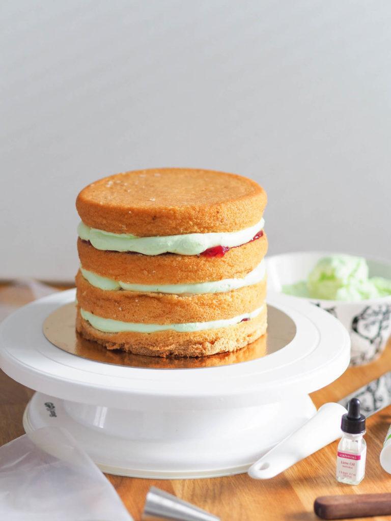 Miten leipoa ja kasata täydellinen korkea kakku?
