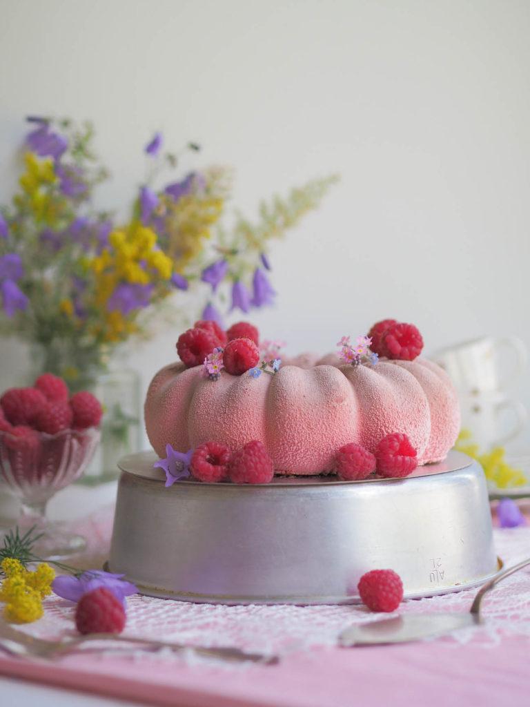 Silkinpehmeä Vadelmamoussekakku (Velvet kuorrutus) - Kakku - Resepti - Vadelma